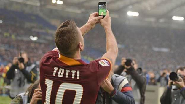 Totti celebra un gol publicando un selfie en su Twitter.