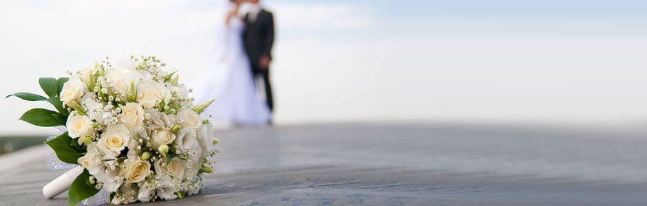 Una pareja de recién casados posa.