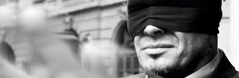 Hombre con los ojos vendados representa el que hace marketing online sin medir todo lo que pasa.