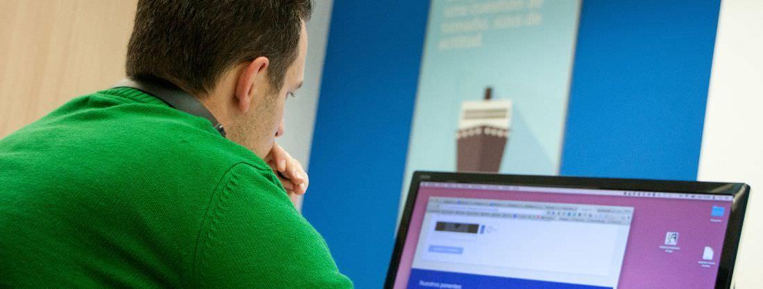Consultor de marketing online trabajando delante de la pantalla