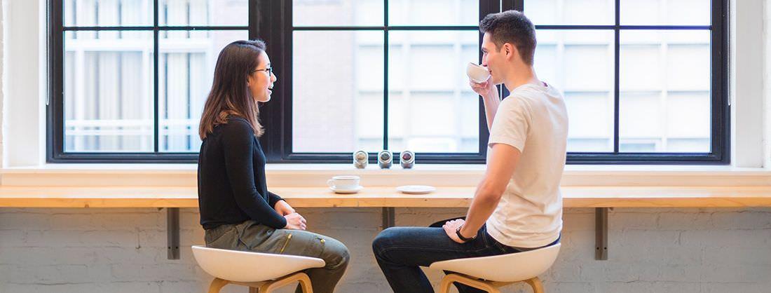 Amigos hablando en una cafetería