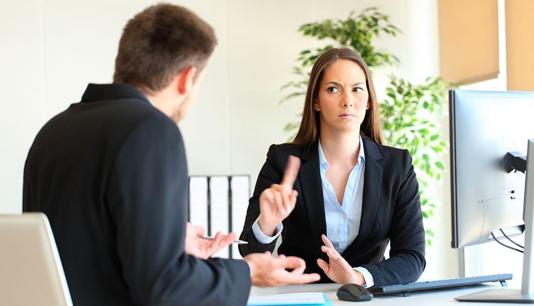 Mujer dice no a un cliente en un despacho