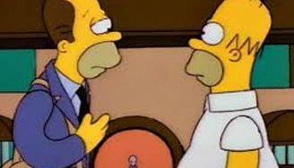 Homer Simpsons y su hermano se miran tras el primer haber arruinado al segundo.