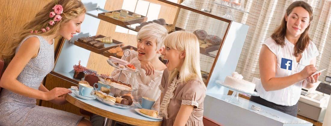 Camarera espía a sus clientes para poder venderlas más