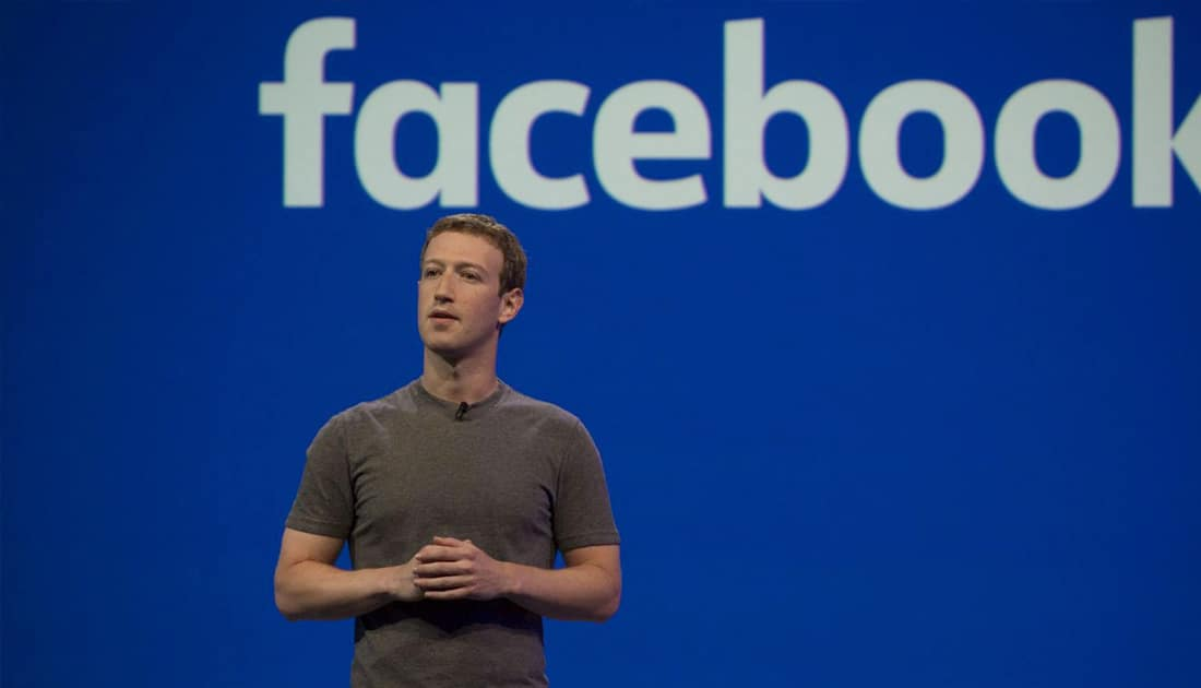 Mark Zuckerberg ante el logotipo de Facebook