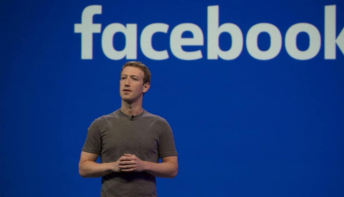 Mark Zuckerberg ante el logotipo de Facebook