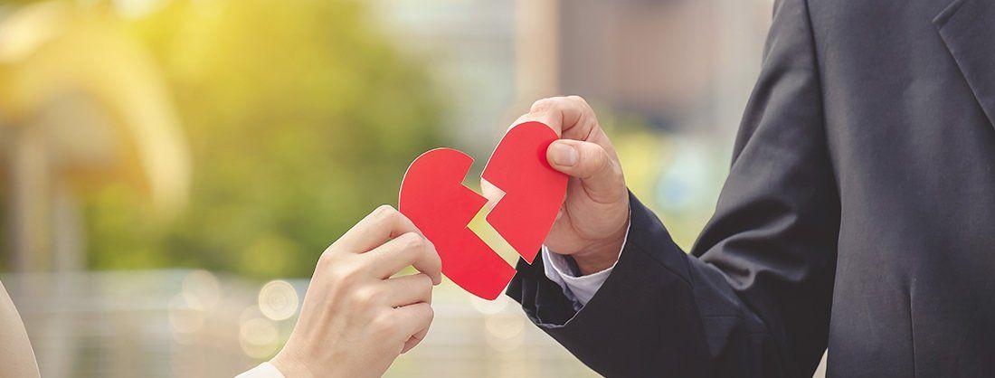 Un corazón roto que separa a dos personas.